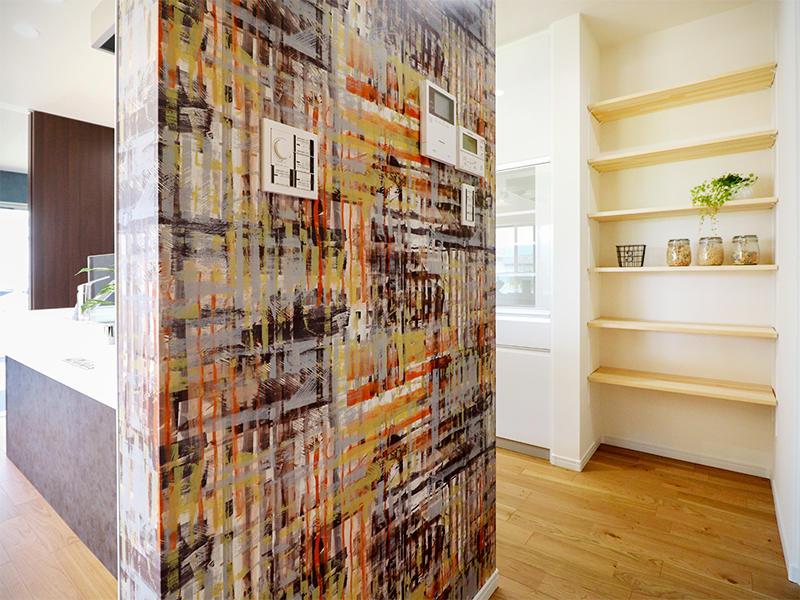 フォーセンス新築完成 キッチン横アクセントクロス|滋賀で家を建てるなら匠工房