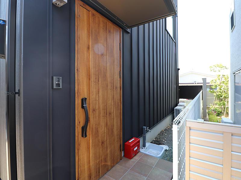 ゼロキューブ完成 木目の玄関ドア|滋賀で家を建てるなら匠工房
