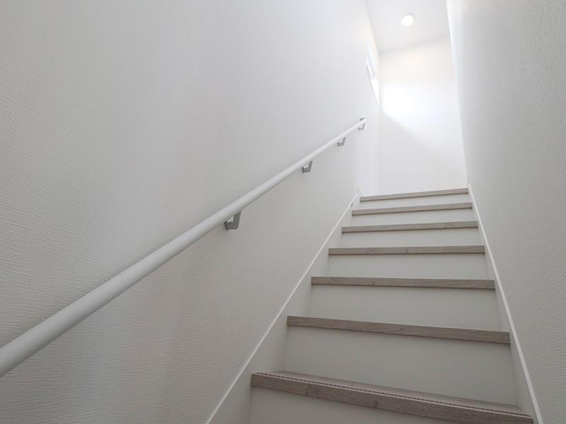 階段は白を基調にした明るい空間