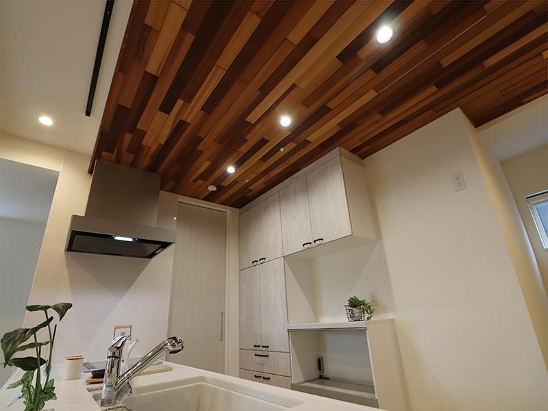 キッチン天井にはレッドシダーを貼りました
