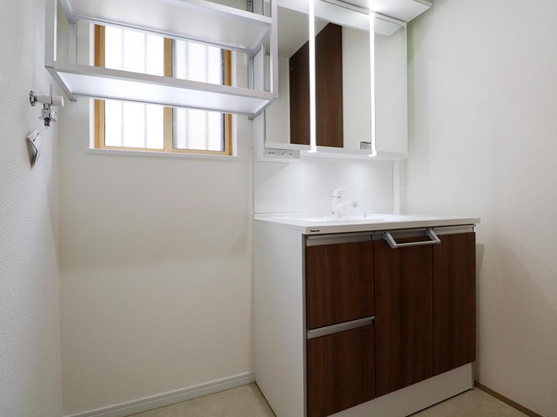 洗面台は白を基調とした明るい空間