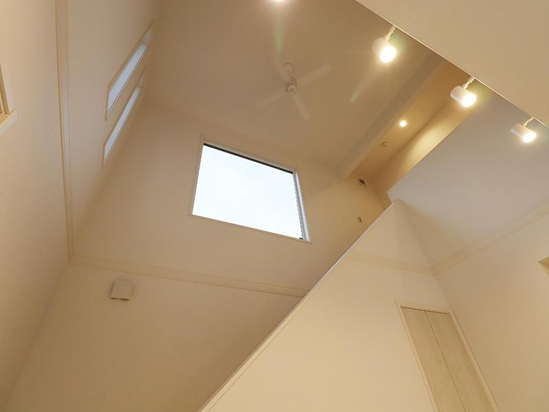 ゼロキューブ 吹き抜け上には大きな窓|滋賀で新築建てるなら匠工房
