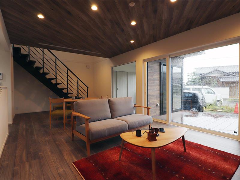 ゼロキューブ新築完成 リビング横にウッドデッキを|滋賀で家を建てるなら匠工房