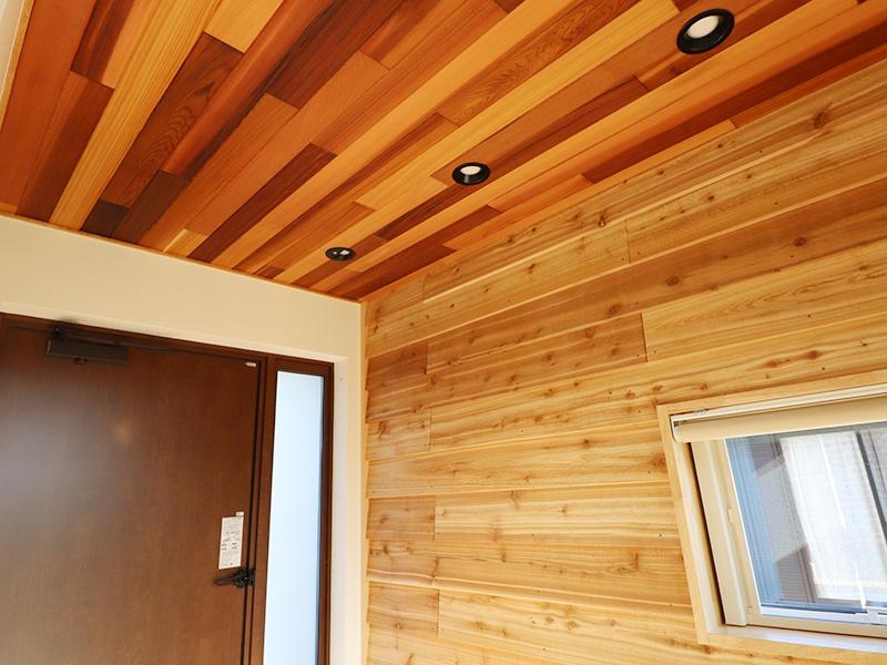 新築完成 玄関天井は羽目板でおしゃれに|滋賀で家を建てるなら匠工房