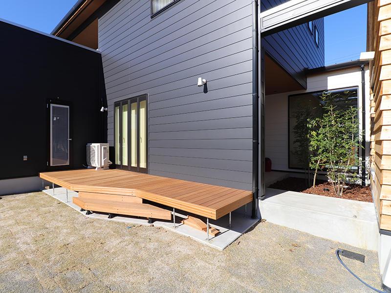 新築完成 ウッドデッキや中庭でオープンな空間に|滋賀で家を建てるなら匠工房