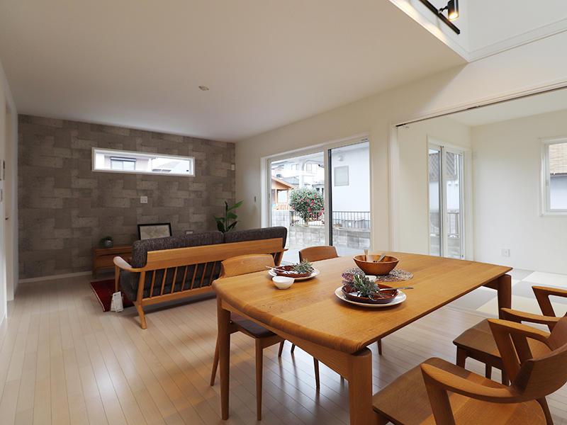 新築ゼロキューブ完成 石目柄のアクセントクロス|滋賀で家を建てるなら匠工房