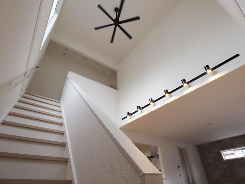 新築ゼロキューブ完成 吹き抜けシーリングファン|滋賀で家を建てるなら匠工房