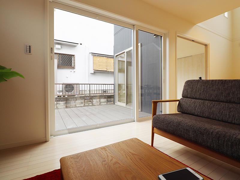 新築ゼロキューブ完成 リビングからウッドデッキへ|滋賀で家を建てるなら匠工房