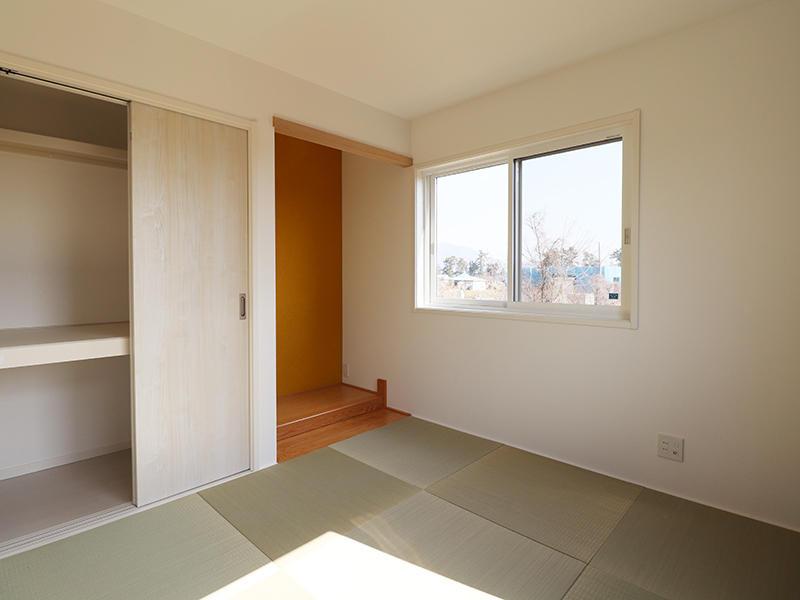 落ち着いた色合いの和室スペース