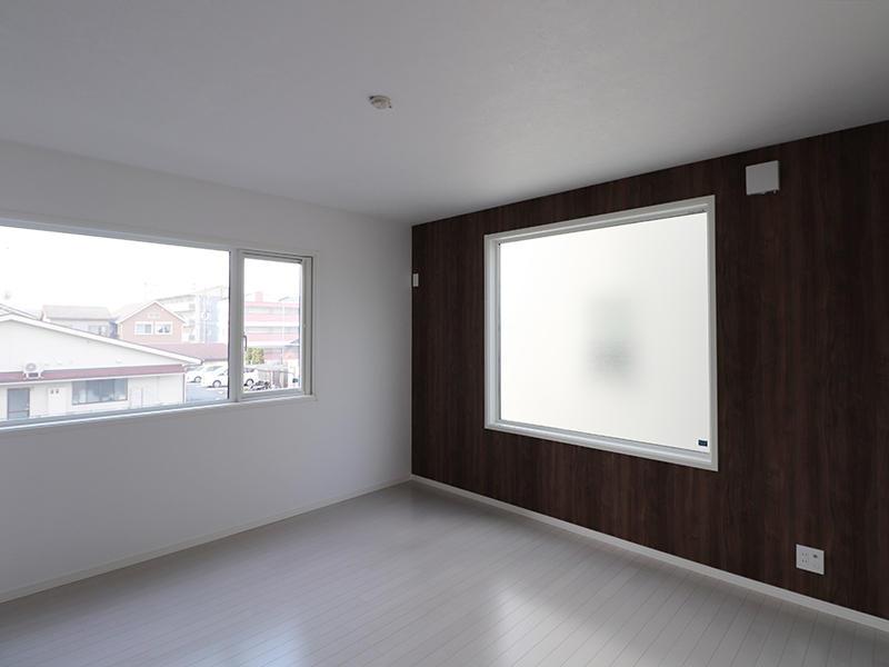 ゼロキューブ完成 ウォールナッ木目アクセントクロス|滋賀で家を建てるなら匠工房