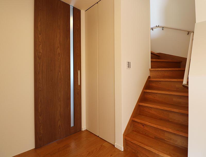 リビング階段でいつでも互いの顔が見れます
