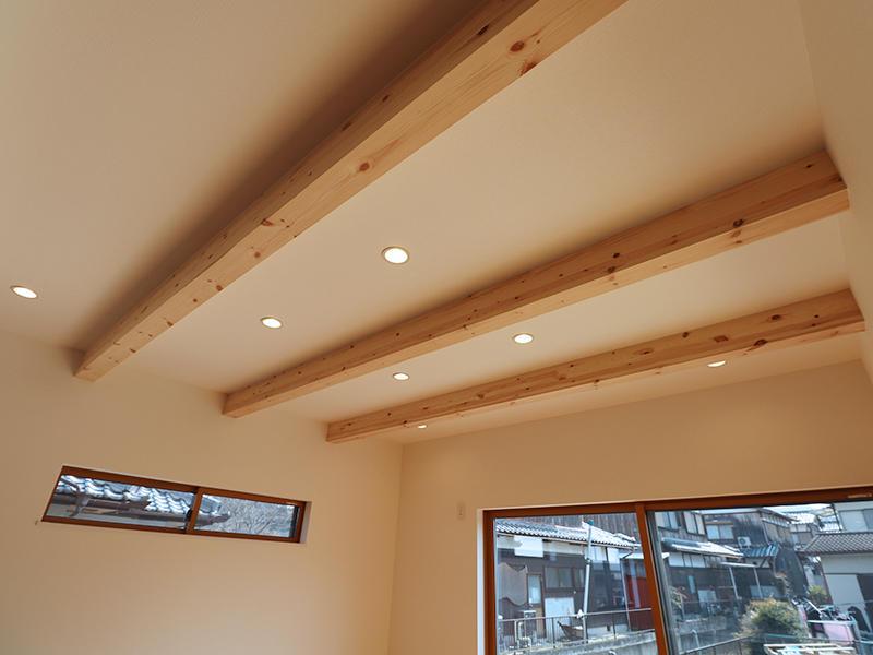 リビング天井には見せ梁を設置