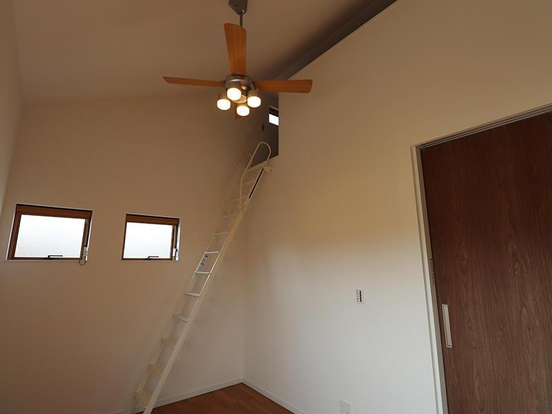 上の空間にはロフトを設置