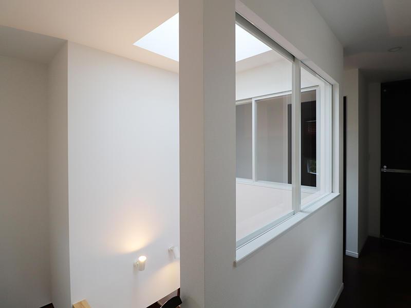 空調の関係で吹き抜けに窓を設置
