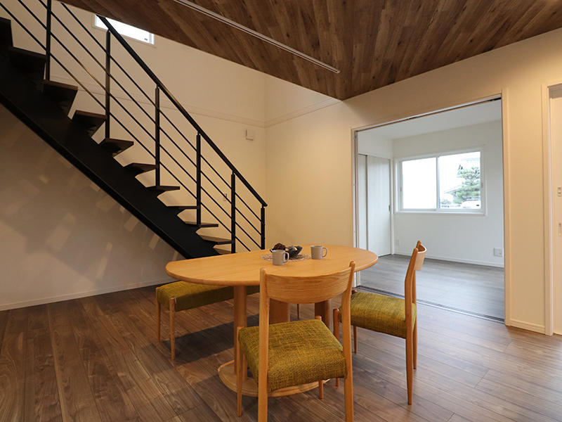 ゼロキューブ新築完成 ダイニング階段|滋賀で家を建てるなら匠工房